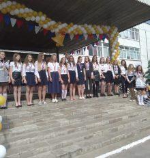 В школах микрорайонов Масловка и Никольское прозвенел последний звонок для выпускников