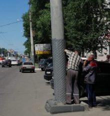 В Левобережном районе на опоры уличного освещения закрепляют сетку