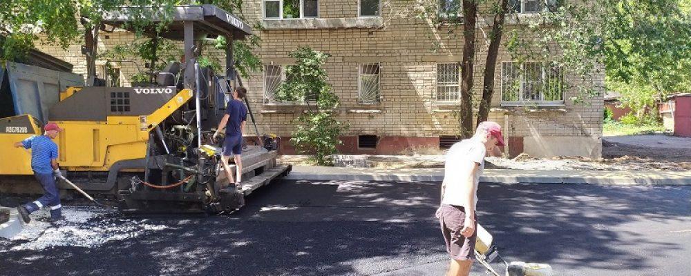 В Левобережном районе на дворовых территориях приступили к асфальтированию дорожного полотна