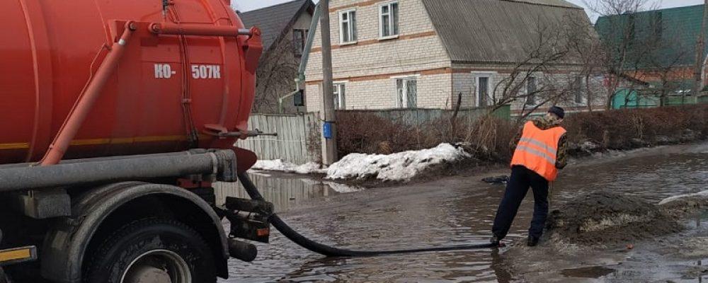 В Левобережном районе силами специализированной техники комбината благоустройства продолжается ликвидация талых вод в местах подтоплений