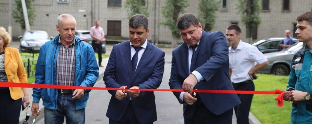 Жители Левобережного района получили в подарок благоустроенный двор