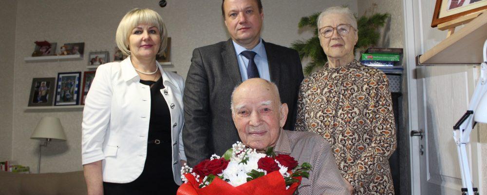 В Левобережном районе посетили Ветерана Великой Отечественной войны Зимовца Николая Кузьмича и поздравили с 97 днем рождения и наступающими новогодними праздниками.
