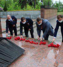 В Левобережном районе в преддверии празднования Великой Победы состоялись торжественные церемонии возложения цветов и венков на братских могилах, воинских захоронениях и памятных местах, а также стартовали акции «Окна Победы» и «Флаги России. 9 Мая»