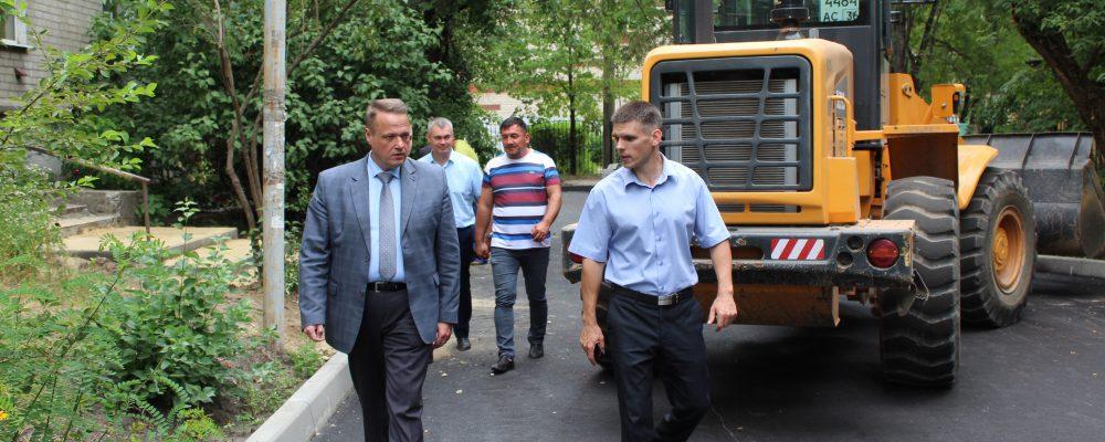 13 июля руководитель управы Левобережного района Вадим Башилов провел выездное рабочее совещание по вопросу ремонта дворовых территорий.