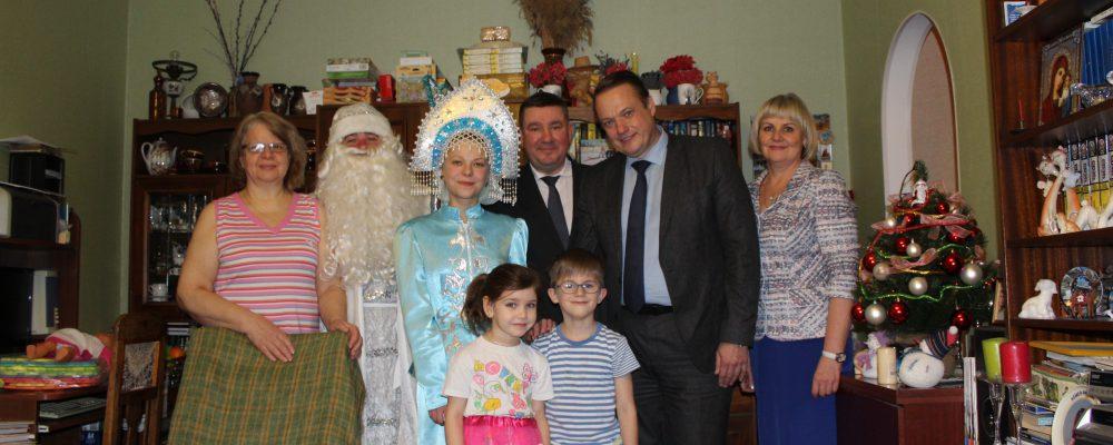 В Левобережном районе с наступающим Новым Годом поздравили детей, воспитываемых в приемных семьях.