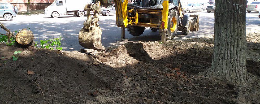 В Левобережном районе начаты работы по устройству газонов на ул. Героев Стратосферы