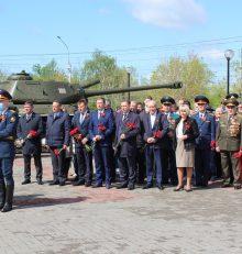В Левобережном районе в парке «Патриотов» состоялась церемония возложения цветов к вечному огню, посвященная 76-й годовщине Победы.