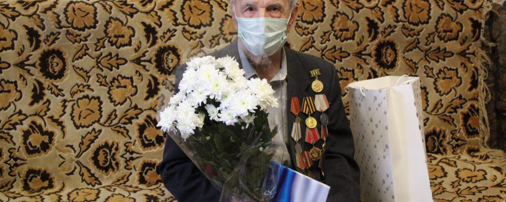 В Левобережном районе посетили Ветерана Великой Отечественной войны Куручева Ивана Дмитриевича и поздравили с 90-летием.