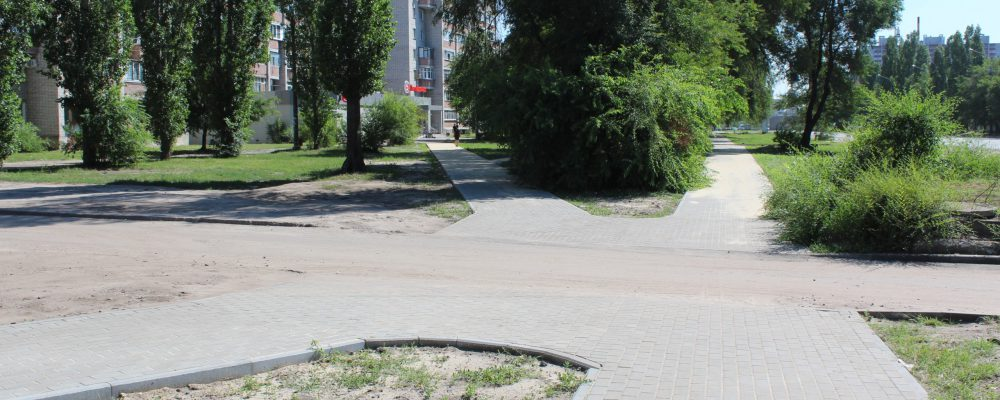 В Левобережном районе продолжаются работы по устройству тротуарной сети