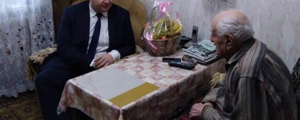 Руководитель управы Левобережного района Евгений Селютин посетил и поздравил Мамеда Мерзамамедовича Джабраилова