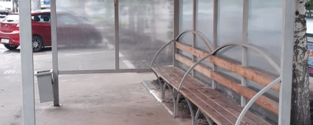 В Левобережном районе продолжаются работы по ремонту остановок