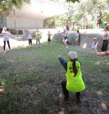 Инструкторы по спорту МБУ «Городской физкультурно-спортивный центр» на территории Левобережного района проводят занятия по физической культуре и спорту с теми, кто остался на лето в городе.