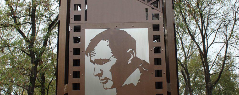 В Левобережном районе установили памятный знак Василию Шукшину