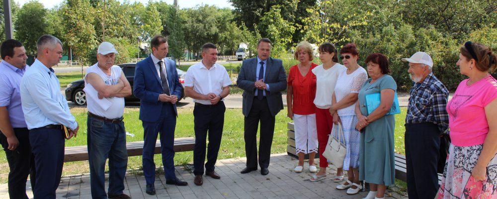 В Левобережном районе руководитель управы района Вадим Башилов провел инспекционный объезд дворовых территорий