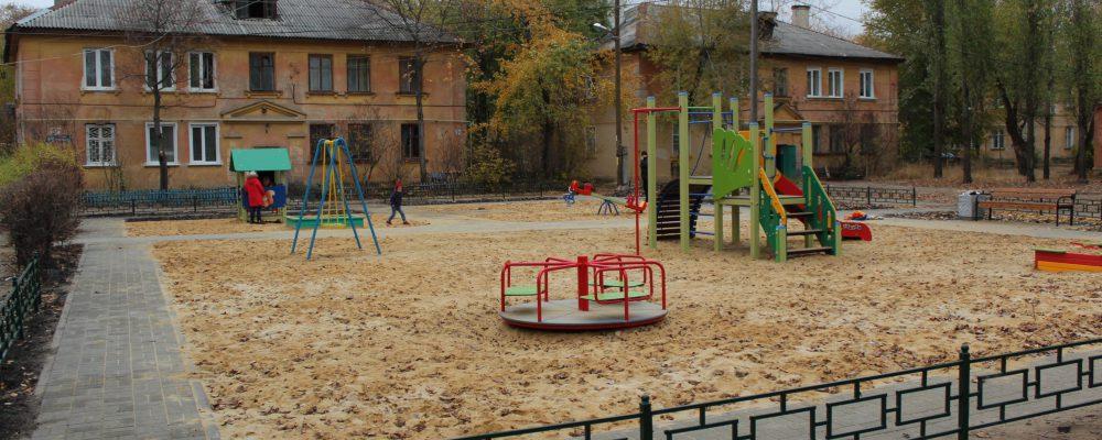 В Левобережном районе реконструирован сквер у детской поликлиники №7 и завершено обустройство детской площадки.